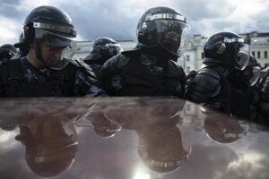"""Jednotky OMON zasahujú na """"nepovolených"""" protestoch v Moskve."""