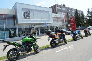 Na priestory Hrehovej predajne motocyklov (v  budove bratrancovej firmy) je nalepené sídlo dodávateľskej spoločnosti vodární Arminius, ktorá patrí jeho kamarátom.