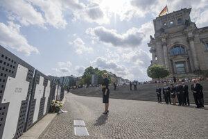 Zuzana Čaputová položila kytice k pamätníku Bielych krížov na pamiatku obetí, ktoré zahynuli pri pokuse o prekročenie Berlínskeho múru.