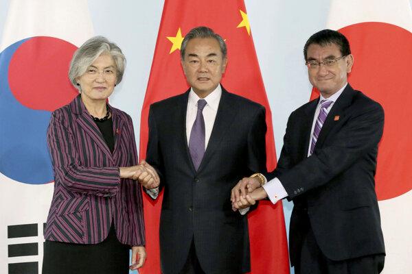 šéfka juhokórejskej diplomacie Kang Kjong-wha, čínsky minister zahraničných vecí Wang I, jeho japonský náprotivok Taró Kóno.