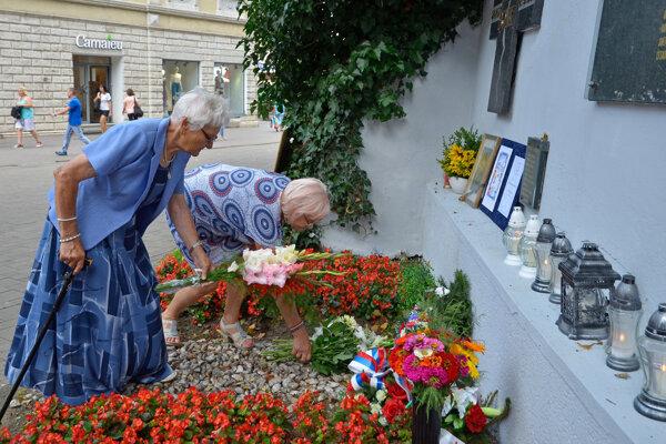 Rodina zastreleného Jozefa Bonka počas kladenia vencov k Pamätníku obetiam okupácie ČSSR na Námestí sv. Egídia v Poprade.