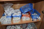 Políciou vlani zadržané balenia liekov.