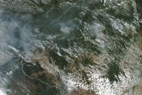Požiare vidno na satelitnom zábere.
