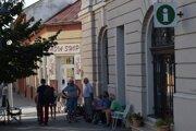 Naposledy sa hádam takto v Lučenci čakalo na poradovník na Škodu Favorit.