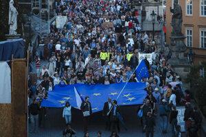 Ľudia nesú obrovskú vlajku Európskej únie počas spomienkového pochodu pri príležitosti 51. výročia vpádu vojsk Varšavskej zmluvy do Československa.