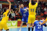 Slovenský reprezentant Tomáš Urban (s loptou) začne sezónu v Košiciach.