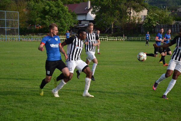 Beluša (v modrom) pred dvoma mesiacmi oslavovala v súboji s Galantou prvenstvo v 3. lige.