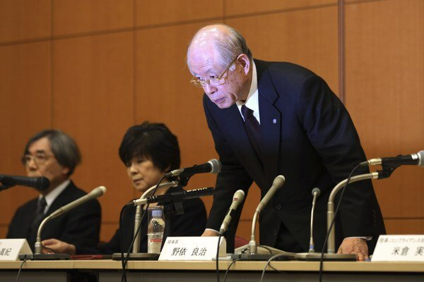 Šéf výskumného inštitútu RIKEN Rjoďži Nojori sa klania na na tlačovej konferencii.