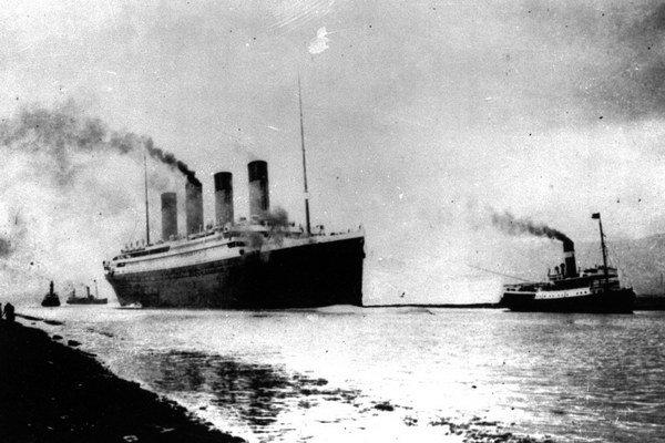 Parník Titanic sa potopil dva a pol hodiny po náraze do ľadovca.
