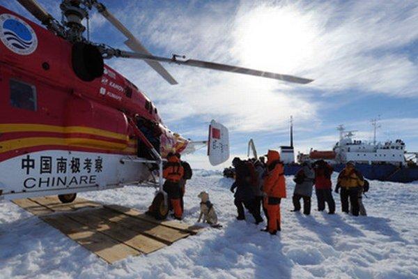 Výskumníkov z ruskej výskumnej lode Akademik Šokaľskij prepravili čínskym vrtuľníkom na austrálsky ľadoborec Aurora Australis.
