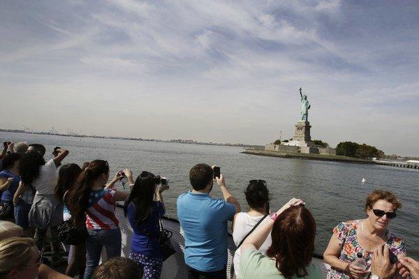 Sochu slobody si americkí aj zahraniční turisti mohli už štvrtý deň fotiť len z diaľky. Spolu s inými atrakciami je pre odstávku zatvorená.