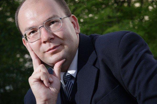 Narodil sa v roku 1975, vyštudoval Podnikateľskú fakultu pri VUT Brno. Od detstva sa zaujíma o kozmonautiku. Je autorom viac ako 6-tisíc publikovaných článkov v českej a zahraničnej tlači, spolupracuje s množstvom odborných časopisov, prednáša pre