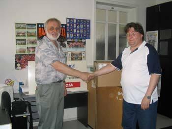 víťaz našej jarnej tipovačky jozef šesták (vpravo) z trenčína si vo štvrtok 1. júla prevzal v našej redakcii zaslúženú odmenu - elektrickú kosačku na trávu. bol totižto najúspešnejším tipujúcim v jarnej časti tipovacej súťaže 2004, kde iba jeden jediný bod rozhodol o jeho konečnom úspechu. cenu mu odovzdal športový redaktor karol ďurina (vľavo).
