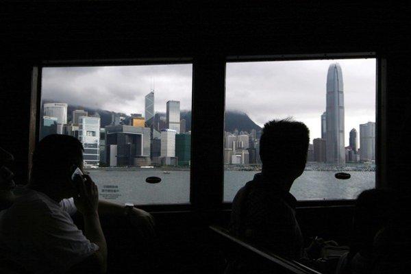 Američan Edward Snowden odhalil tajomstvá špehovania NSA na internete. Ušiel do Hongkongu, teraz sa nevie, kde je.