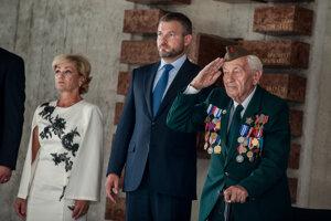 Vladimír Strmeň (vpravo) sa zúčastnil aj uloženia pozostatkov neznámeho vojaka v Múzeu SNP.