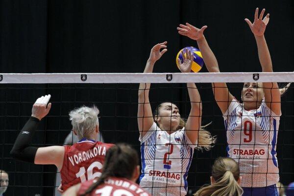 Slovenské volejbalistky (v bielych dresoch) počas zápasu proti Rusku na ME vo volejbale 2019.