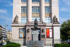 Tabuľu ruskému cárovi osadili na budove Slovenského národného múzea.