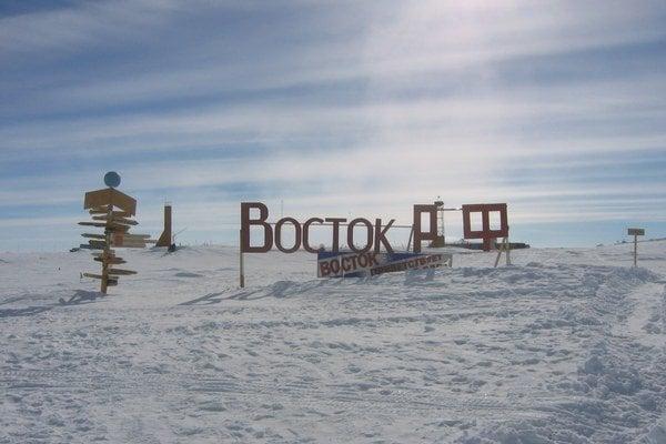 Rusi sa museli prevŕtať cez štyri kilometre ľadu.
