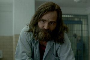 """Damon Herriman v seriáli Mindhunter ako """"staršia, 45- ročná verzia"""" zločinca."""