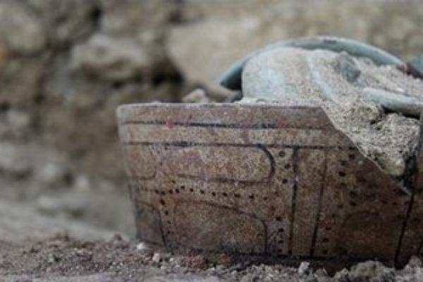 Okrem iného objavili v hrobke keramické nádoby.