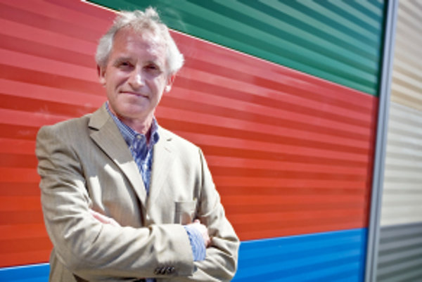 Roger Bailey je riaditeľom medzinárodnej školy pre fyzikov CERN Accelerator School. Neďaleko Ženevy viedol operačný tím fyzikov pracujúcich na urýchľovači Super Proton Synchrotron, ktorý dnes dodáva zväzky protónov pre Veľký hadrónový urýchľovač. Viedol s