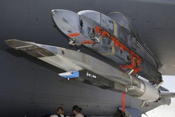 Stroj pod krídlom bombardéra B-52.