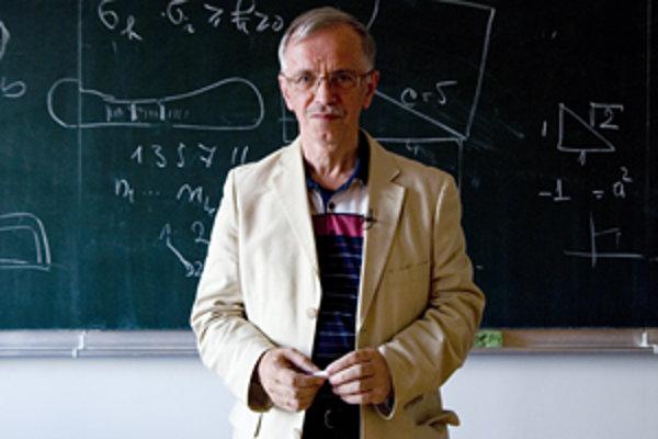 Prof. RNDr. Anatolij Dvurečenskij, DrSc. (1949) je riaditeľom Matematického ústavu Slovenskej akadémie vied. Vyštudoval Prírodovedeckú fakultu UK, pracoval na Ústave teoretickej fyziky na univerzite v Kolíne nad Rýnom, v Nemecku, a v Spojenom ústave jadro