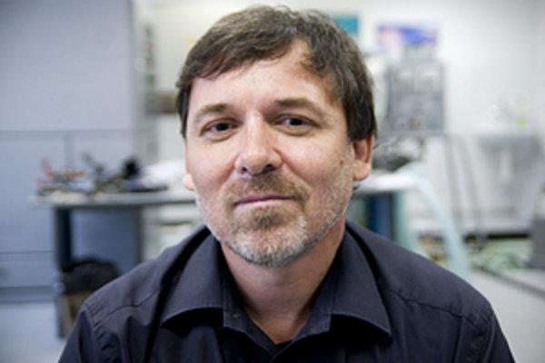 Dr. Ing. František Simančík (1962) je riaditeľ Ústavu materiálov a mechaniky strojov SAV. Študoval na Strojníckej fakulte SVŠT v Bratislave, dizertačnú prácu absolvoval na Technickej univerzite vo Viedni. Zaoberá sa vývojom nových materiálov pre ľahké kon