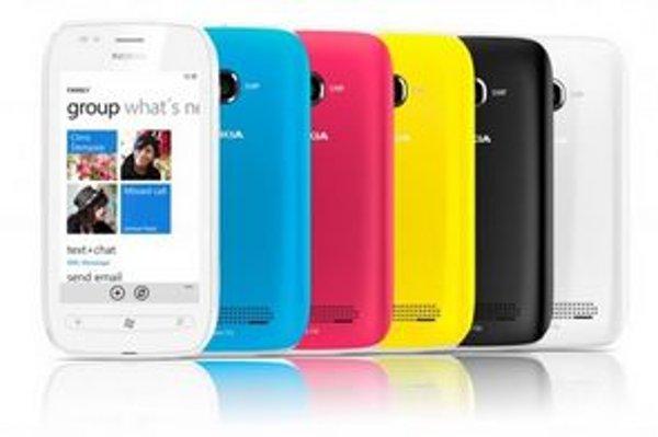 Nokia Lumia 710 je dodávaná s vymeniteľnými krytmi a bude dostupná v bielej, modrej, červenej, žltej a čiernej farbe.