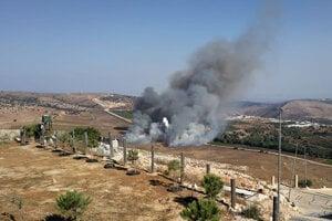 Dym po raketách v izraelsko-libanonskom pohraničí.