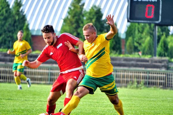Levičania zvládli zápas proti vedúcemu mužstvu. V osobnom súboji oloptu domáci hráč František Králik (v žltozelenom).