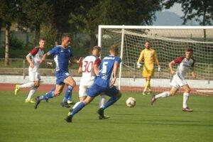 Dubničania Kuzma a Knižka (zľava v modrom) zápas proti Podbrezovej nedohrali.
