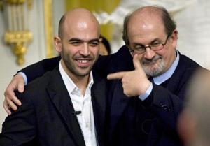 V priestoroch Švédskej kráľovskej akadémie, kde sa každoročne udeľujú Nobelove ceny, vyjadril Salman Rushdie svoju podporu Robertovi Savianovi (vľavo). FOTO – REUTERS