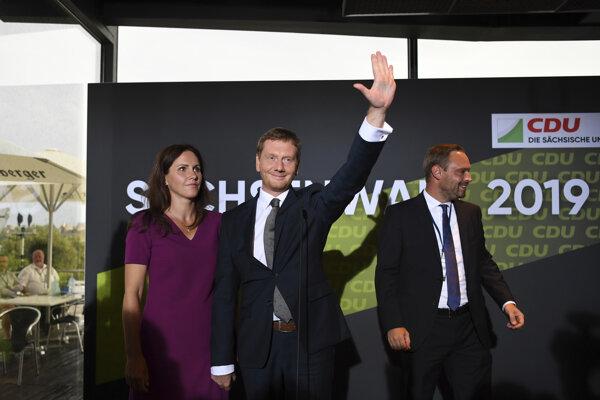 Saský krajinský premiér Michael Kretschmer (CDU) zdraví podporovateľov hnutia po ohlásení predbežných volebných výsledkov.