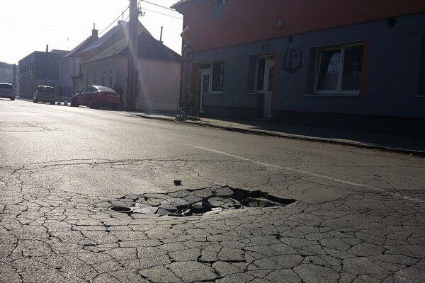 Stav vozovky na Kukučínovej ulici nebol dobrý