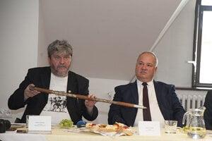Prvú kópiu valašky predstavili v Terchovej. Na fotografii Jozef Dávidík starosta Terchovej (vpravo) a šéfdramaturg Jánošíkových dní Petrer Cabadaj.