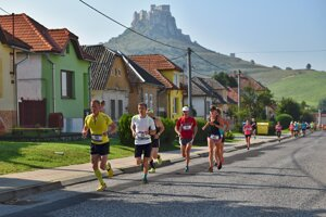 Dvadsať mierových kilometrov okolo Spišského hradu, bežci na trati.