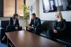 Ministerka spravodlivosti Lucia Žitňanská, štátna tajomníčka Monika Jankovská a predseda vlády Robert Fico počas uvedenia ministerky do funkcie v marci 2016.