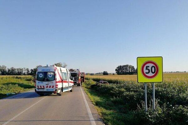 Tridsaťročný vodič osobného auta v nemocnici zomrel.