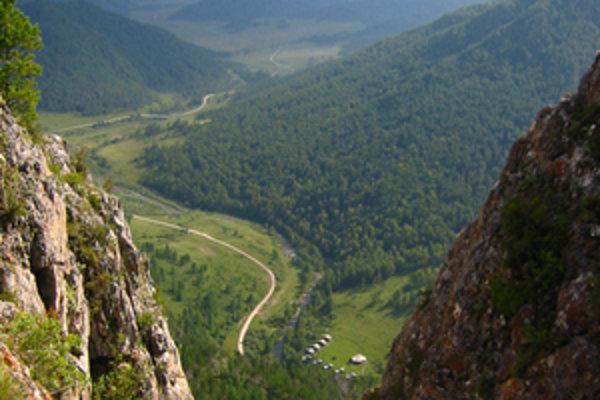 Pohorie Altaj v južnej Sibíri, kde sa nachádza aj jaskyňa Denisova, je bohatým archeologickým náleziskom z obdobia ľudskej prehistórie.