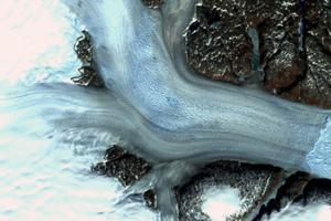 Detailný záber ľadovca Helheim zo septembra 1972.