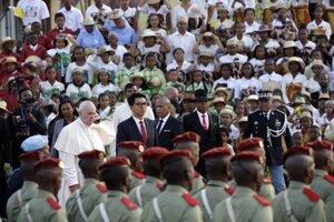 Pápež František a prezident Madagaskaru Andry Rajoelina.