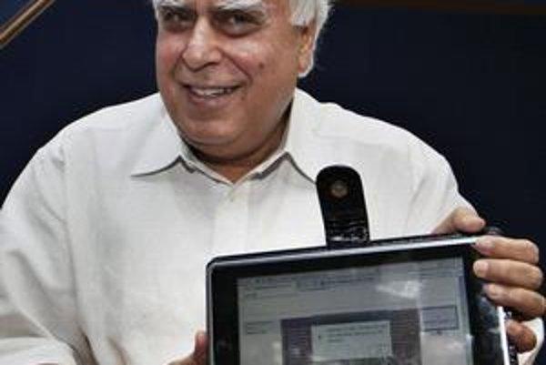 Indický minister Sibal s najlacnejším laptopom.