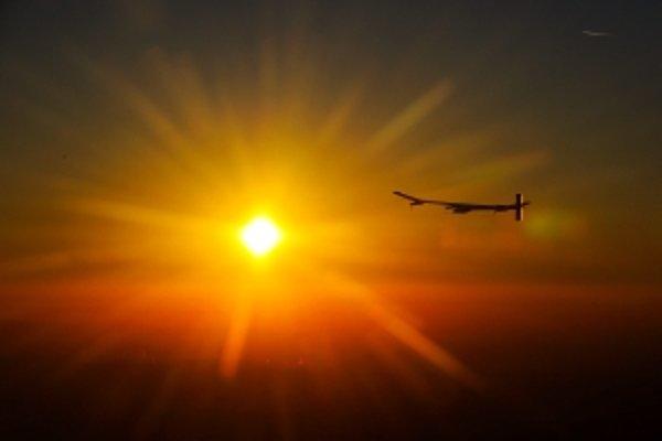 Lietadlo poháňané Slnkom dokázalo lietať aj v noci.