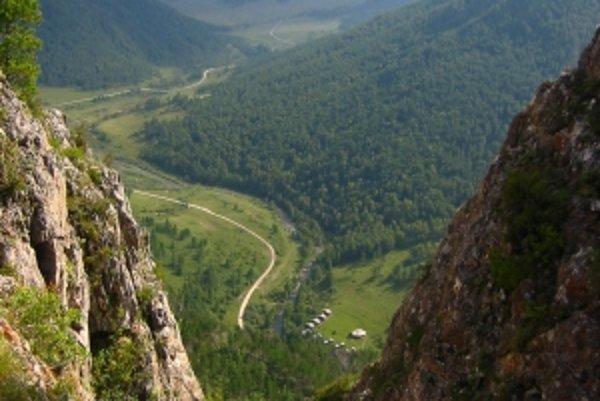 Na snímke pohľad zo skaly nad jaskyňou Denisova, ktorý zachytáva aj tábor archeológov.
