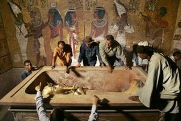 Egyptskí archeológovia podrobne preskúmali múmiu faraóna Tutanchamóna. Chcú vedieť viac o krátkom živote panovníka.