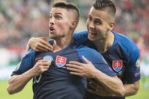 Róbert Mak (vľavo) a Dávid Hancko oslavujú úvodný gól v zápase kvalifikácie na EURO 2020 Maďarsko – Slovensko.