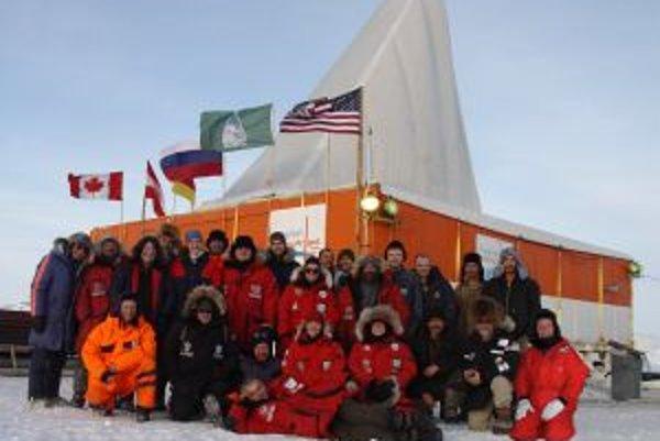 Tím amerických, nemeckých, ruských a rakúskych vedcov v apríli 2009.