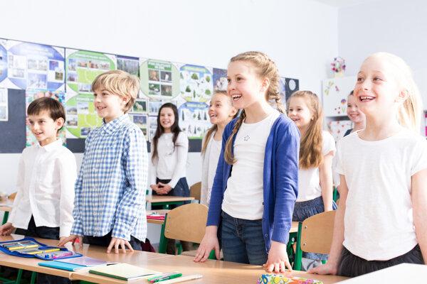 Deti majú zo spievania hymny radosť.
