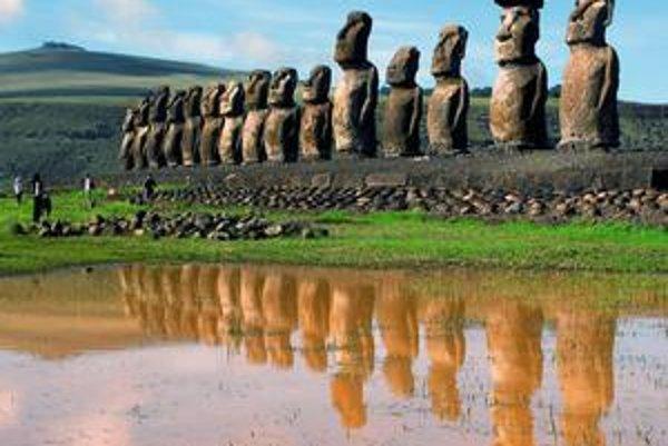 Desaťmetrové kamenné sochy symbolizujú niekdajšiu moc náčelníkov dnes vyľudneného Veľkonočného ostrova.